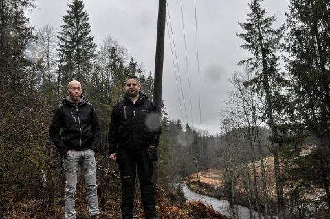 STRØMBRUDD: Jahn Vidar Jahnsen og Dag Moe Tveitan er oppgitt over at Skagerak Energi ikke la høyspentledningene under bakken hele veien.