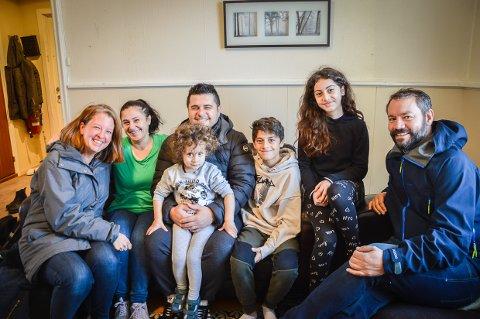 UTEN GODKJENT ID: Masrour Mamoun Omar og hans familie, her sammen med Tone Kj. Larsen og Eirik Blömacher, som kjempet for at den godt integrerte familien skulle få bli i Larvik. Fordi moren ikke har godkjent ID, får ikke barna det heller, selv om de er født i Norge.