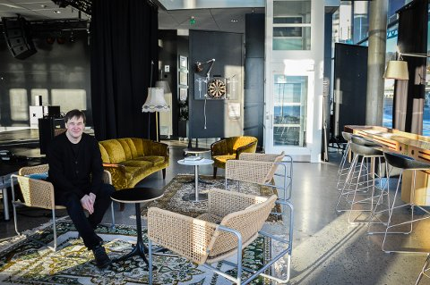 VELKOMMEN: Andreas Gilhuus er fornøyd med rommet som ligger bak Sanden scene. Her kan folk komme og lese, møtes, spille dart, shuffleboard eller musikk.