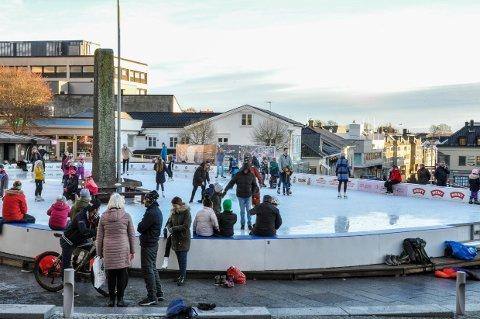 FOLKELIV: Tross åtte plussgrader og vann på isen var det stort oppmøte på skøytebanen mandag.