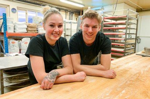 TRIVES: Madelen Renee Bergh og Anders Martin Dahl har funnet seg godt til rette på Majas på Torstrand. De er nyutdannede som henholdsvis konditor og baker, og er veldig fornøyde med å ha fått muligheten til å sette sitt preg på varene i bakeriet.