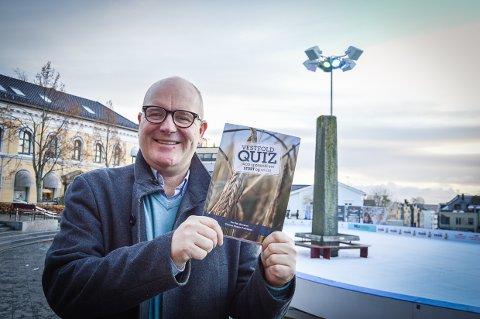 MEST OM LARVIK: - Jeg tror jammen meg at det er Larvik som får størst plass i denne nye quiz-boka fra Vestfold, sier Per Otto Romøren.