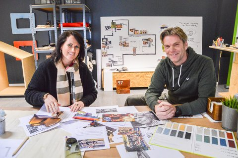 DESIGNER NY KAFE: Ingunn Anvik og Erik Aasheim i iVekst står for designet på kafeen som skal lages i Sliperiet. Her foran kafeens «moodboard».