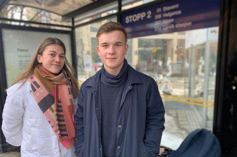 BUSSPASSASJERER: Zeriane Gulla Løken og Olav Roligheten Eftedal er daglig passasjerer på bussene i Larvik. Nå håper de at det også blir et nattbusstilbud i kommunen.
