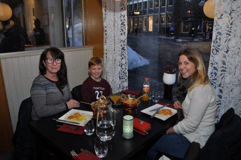KOSTE SEG: Ingebjørg Hobæk (t.v.), Sander Hobæk Larsen og Desiree Hobæk fullroser både maten og konseptet.