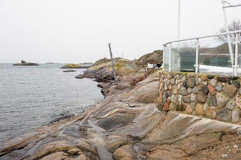 OMRÅDET: Det er dette området det nå strides om. Husene og uteområdet ligger til høyre for steinmuren.