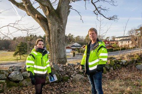 KAN BLI MIDLERTIDIG STOPP: – Dette er ikke noe vi gjør for å ødelegge for boligprosjektet, understreker bygningsinspektør Tom Mangelrød, her avbildet på tomta sammen med tilsynsjurist Linn-Ida Ellingsen i januar.