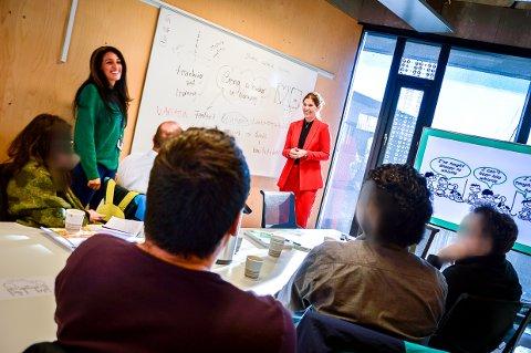 ØNSKER Å LÆRE BORT: – Jeg hørte at matte er et problem for mange i Norge. Hvorfor? spør realfagslærerne som har flyktet fra Tyrkia. Faten Lubani fra NAV (til venstre) og Monica Gjertsen Steinbakken fra Thor Heyerdahl videregående (til høyre) forsøker å svare på alt de interesserte lærerne lurer på.