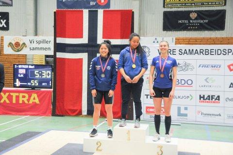 HJEMMEBANE: Rebekka Tao jacobsen (t.v.) hadde god grunn til å smile etter NM-konkurransen.