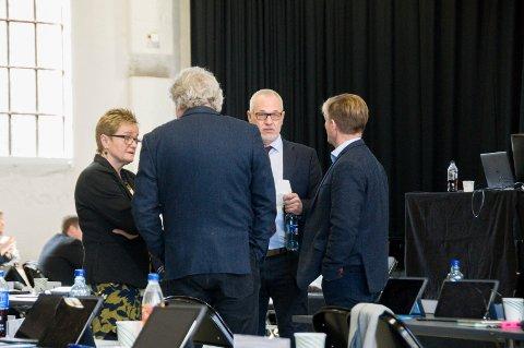 GIKK INN FOR KJØP: Turid Løsnæs (t.v.), Hallstein Bast (med ryggen til), ordfører Rune Høiseth og Knut Olav Omholt (med ryggen til) var enige om barnehagekjøpet i kommunestyret onsdag.