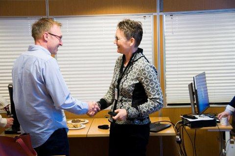 GOD STEMNING: André Lysnes (Ap) og Merete Berdal i hyggelig passiar i forkant av formannskapsmøtet.