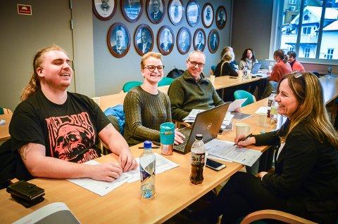 GLAD I «VEDRØRENDE»: Linn-Ida Ellingsen ler godt av seg selv når hun forteller at hun begynner de fleste brev med «vedrørende», her med Danny Valle, Trond Kristian Horn og Inger Hjortland.