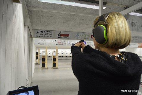 Ann-Sofi Hustuft-Riis prøvde for første gang pistolskyting denne kvelden