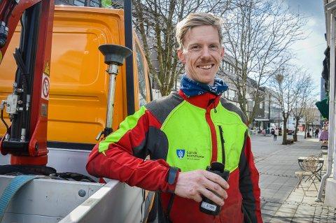 LIKER Å KLATRE: – Jeg klatrer i trær på jobb og i fjell på fritiden, ler Lars Ottar Halvorsen, som er nyansatt trepleier i Larvik kommune.