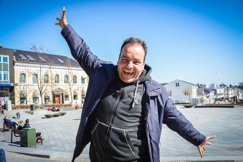 DE UNGE RULER: Olav Rønneberg er klar for påskequiz i Bølgen på tiende året, og er glad for at de unge under 25 synes det er gøy å treffes over quizbordene.