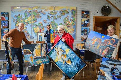 LAGER POP-UP: Alle bildene som ligger framme i atelieret på lørdag, skal være til salgs. Åke Berg rydder sammen med sønnen Gjord, kona Hilde og svigerdatteren Charlotte Hageberg.