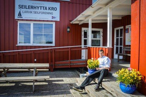 LANG RETUR: Carlos Rodrigues har hatt en lang reise for å komme tilbake til det han betegner som den flotteste jobben i hele Larvik; nemlig å drive restaurant og kafé i Seilforeningens lokaler i Ødegården.