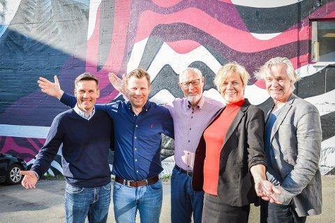 INVITERER EKSKLUSIV ÅRGANG: Bård Jacobsen, Endre Lindstøl, Arnfinn Løvaas, Guro Windsvold og Bjørn Ekelund gleder seg til å samle alle Larviks 77-åringer i Sliperiet på tirsdag.