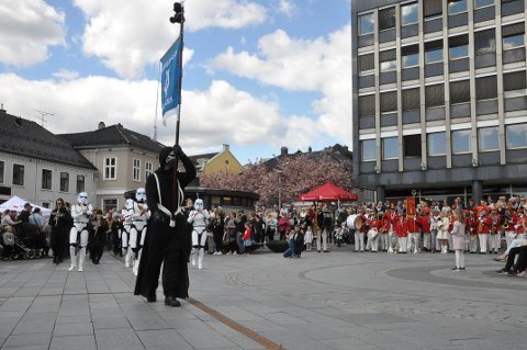 STAR WARS: Østre Halsen Skolekorps spilte Star Wars (theme) av John T. Williams, og kledde seg passende til anledningen.