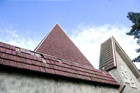FALLER NED: De små takplatene er i dårlig forfatning og flere steder er de borte.