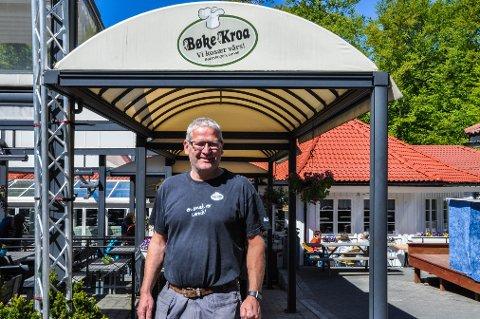 KLAR: Tommy Sundal er straks klar for 17. mai-feiring på Bøkekroa, og forteller at det er mye forberedelser som ligger bak en vellykket nasjonaldag.
