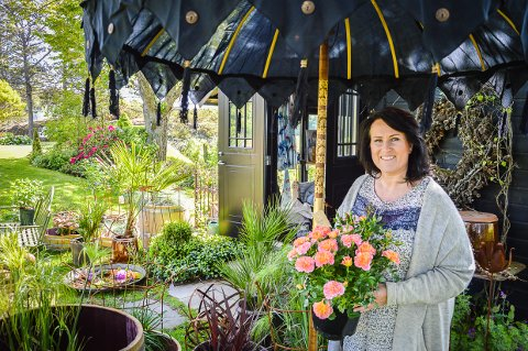 HAGEKULTUR: - Jeg håper vi kan lage en hagekultur i Larvik, så folk som kommer hit kan stikke innom en hage, ta en kopp kaffe, kjøpe planter og bli inspirert, sier Ingunn Anvik, som åpner pop-up butikk i hagen sin denne helga.