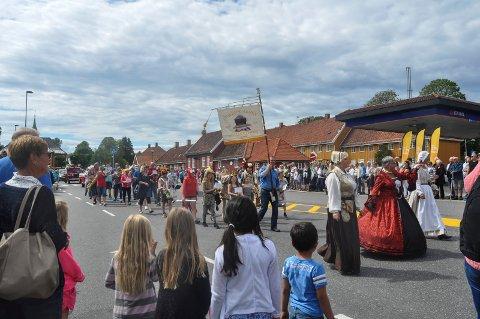 ÅPNER LØRDAG: Lørdag skal nytt opptog sette sitt preg på Stavern. Glade dager er i gang igjen.