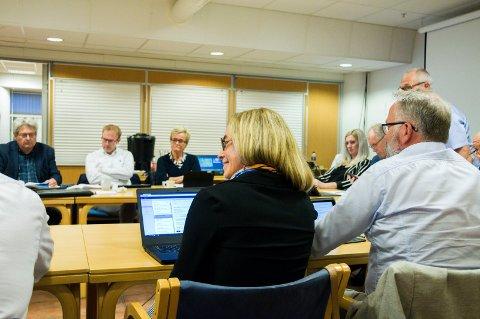 GLIS: Birgitte Gulla Løken (H) reagerte med smil og latter på oppfordringen fra Turid Løsnæs. – En trist åpning på debatten, mente Ap-politikeren.