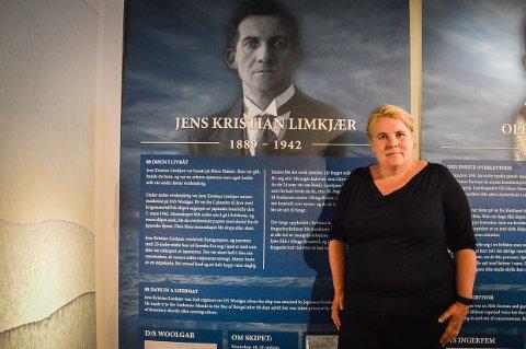 VAR PÅ SJØEN I TO KRIGER: Ane Ringheim Eriksen foran plakaten av Jens Kristian Limkjær, som seilte ute i 1. og 2. verdenskrig.