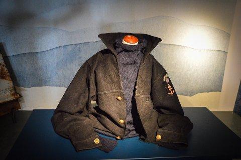 JAKKA TIL OLE JOHAN NÆSS: Denne jakka skal Ole Johan Næss fra Larvik ha hatt på seg da han kom hjem fra krigen. Nå står den utstilt i Sjøfartsmuseet.