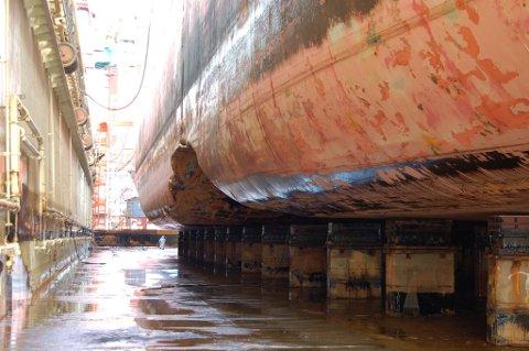 SKADER: Skipet fikk massive skader da det grunnstøtte.