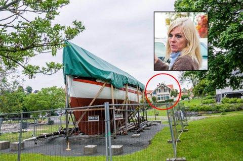 REAGERER: RS 14 «Stavanger» står nå i parken på Tollerodden, men skal til høsten inn i en midlertidig plasthall på stedet. Bente Kronens bolig kan ses innenfor den røde ringen på bildet.