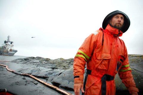 DØGNKONTINUERLIG: - Vi har jobbet nærmest kontinuerlig siden fredag morgen, sier Roger Wisth i Stavern dykkersenter til Østlands-Posten da han blir intervjuet fire dager etter grunnstøtingen.