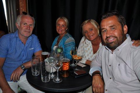 SOMMERSTEMNING: Svein Erik og Susanne Fauskanger fra Larvik inviterte med seg vennene Helene og Halvard Bertelsen på sommerkonsert på Pakkhuset.
