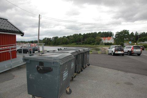 LUKTPROBLEMER: Disse søppelcontainerne for hyttene i området rundt Bjønnes plager både naboer, kiosken og brukerne av strandområdet med vond lukt, blant annet fordi folk kaster hva som helst i første og beste container mener en av naboene.