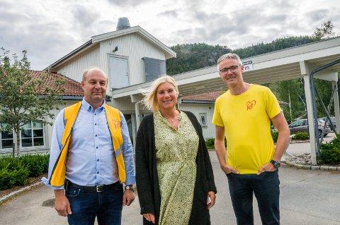 TENKER LOKALT: Det skal være tilstrekkelig med sykehjemsplasser der folk bor, mener Holm, Bårnes og Vågen, her utenfor Kvelde sykehjem.