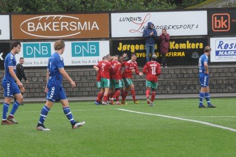 Opptur: Halsen reiste seg lørdag og spilte 1-1 mot Lyn, etter den grusomme kampen mot Norild forrige helg. Her har Christer Smith satt inn utligningen mot den gamle storklubben fra Oslo vest.