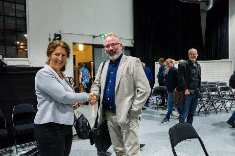 GOD STEMNING: Bane NORs prosjektsjef Hanne Sophie Solhaug var rask til å gratulere Høyres Bjarne Steen da InterCity-vedtaket var et faktum i Sliperiet onsdag kveld.