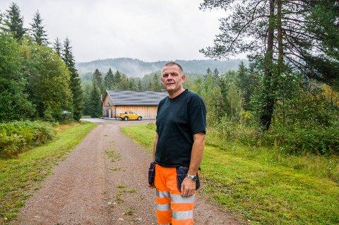 BLIR FLYTTET: Oddmund Riis, her foran Naugfoss vannverk, stiller seg undrende til at han og kollegene i gamle Lardal nå skal jobbe i Larvik.