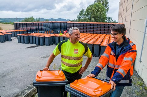 ORANSJE LOKK: Formann Ove Pettersen i NorRen (t.v.) og kommunens renovasjonssjef Kristian B. Knoph foran havet av beholdere som snart skal settes ut hos alle husstander i Larvik kommune.