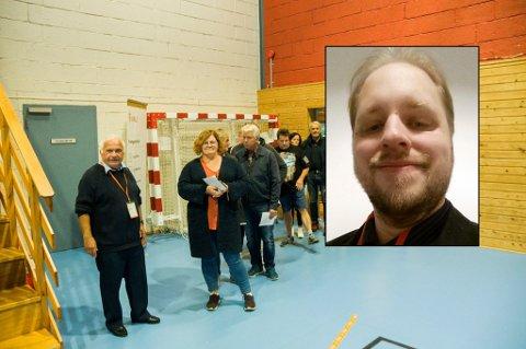 REAGERTE: Andreas Lohne (innfelt) mener det han ble utsatt for, var ulovlig. Bildet fra Bommestadhallen er tatt på valgkvelden. Til venstre: Knut Alsaker, leder av valgstyret.