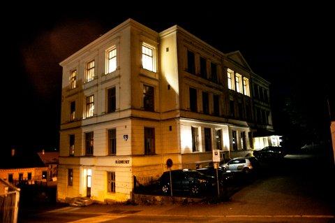 KVELDSMØTE: Det lyser i det gamle rådhuset i Romberggata torsdag kveld. På innsiden diskuteres Larviks framtid av representanter for Ap, Høyre og Sp.