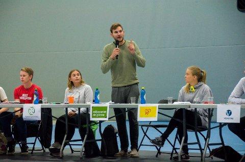 MILJØ I FOKUS: MDGs Teodor Bruu var ikke nådig mot klimapolitikken som er blitt ført av den sittende regjeringen under skoledebatten på Thor Heyerdahl mandag.