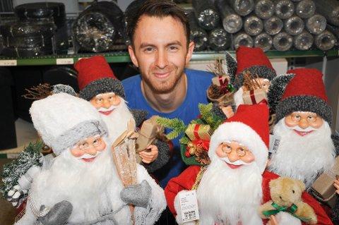 NÅ ER DET JUL IGJEN: Magnus Ekenes på Biltema synes det er gøy med juletema allerede. – Til sammenligning har vi en snøfreser stående på utsiden. Vi selger noen av dem allerede også, sier han.