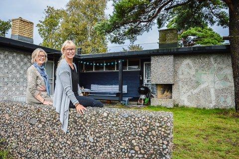 TESTET UT HER: Det var her, på hytta i Rekkevik at arkitekt Erling Viksjø fant fram til materialbruken på Y-blokka. Her er det barnebarn Mari Viksjø Grøstad og datter Tone Viksjø, som viser fram hytta.