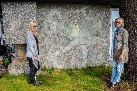 Mari Viksjø Grøstad og Tone Viksjø ved et av arbeidene Erling Viksjø eksperimenterte med på hytta i Rekkevik. Senere ble det til utsmykkingen av Y-blokka i Oslo. (Arkivfoto: Kjersti Bache)