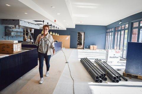 NY RESTAURANT: Lilly Skow Røed viser fram restaurant Havmannen, som begynner å ta form. Med åpent kjøkken og flott utsikt mot Storgata og fjorden.