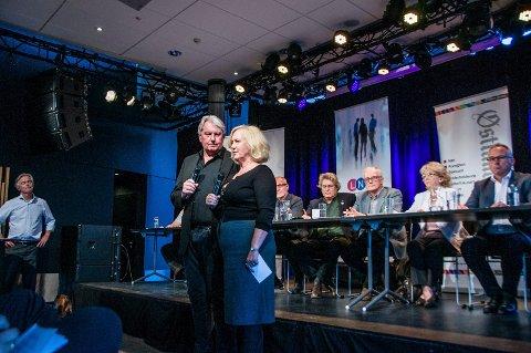 KLARE FOR DEBATT: Ansvarlig redaktør Terje Svendsen i ØP og redaktør Mette Stensholt Schau i NRK Vestfold håper på mye publikum under torsdagens debatt i Bølgen.