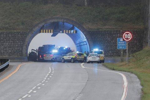 FRONTKOLLISJON PÅ E18: To personer er involvert i ulykken, som skjedde da en bil som kom i feil kjøreretning frontkolliderte med en møtende bil i Rødbøltunnelen på E18. Foto: Geir Eriksen