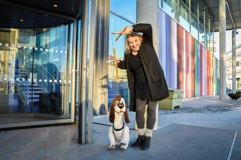 PREMIERE I FEBRUAR: Sporhunden Åtto går inn dørene til Bølgen sammen med skuespiller Hanne Dahle, de spiller i forestillingen «Operasjon spøkelse» som Larvik Teater setter opp, basert på Detektivbyrå nr 2 av Jørn Lier Horst.